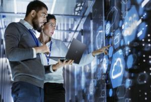 consultants experts en cybersécurité et protection des données rgpd verifiant des serveurs
